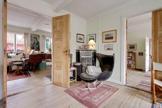 Lejlighed 2 har stue med nedgang til kælder, dagligstue med koks ...