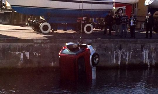 Bil k�rte i Nex� Havn