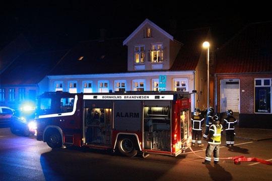 Snarrådig kvinde søgte tilflugt på toilet under brand