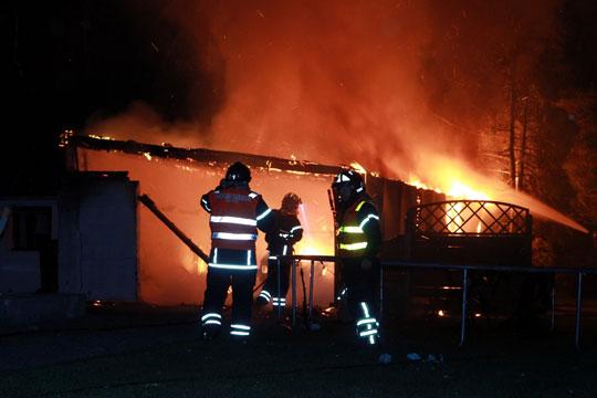 Stearinlys mulig årsag til garagebrand