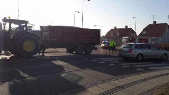 Traktor spærrede rundkørsel