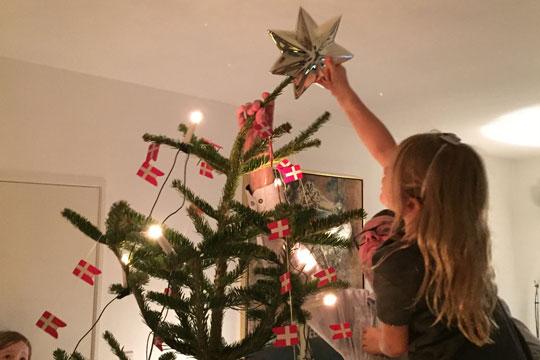 En stjerne skal der til i toppen af træet