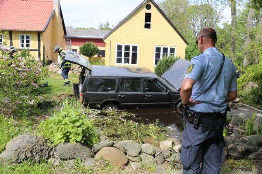 Bil med 74-årig mand endte i have