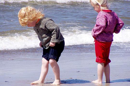Tag børnene med på forårstur til stranden