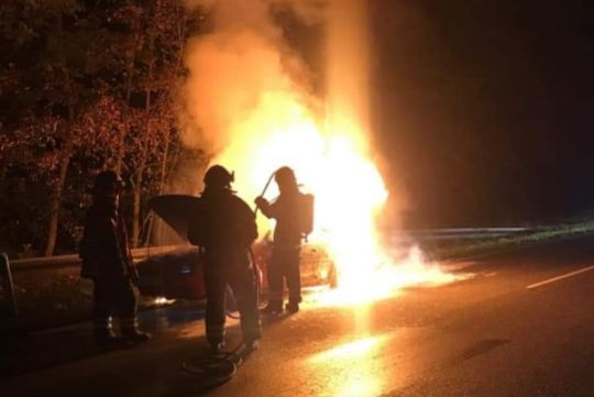 Ældre bil brød pludselig i brand