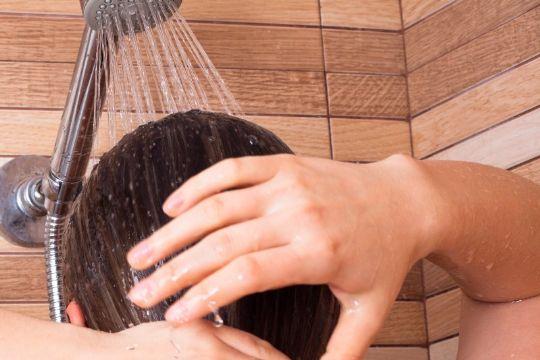 45-årig belurede steddatter på badeværelse