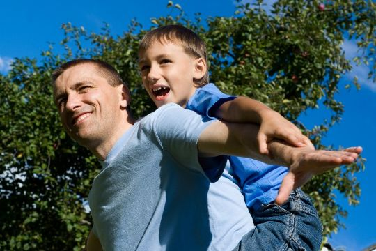 Færre børn anbringes i familiepleje