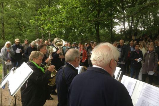 Byorkester spiller i Almindingen