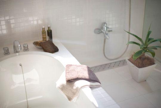 Giv badeværelset en billig makeover