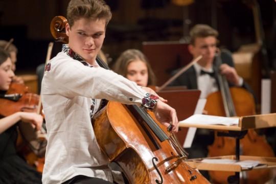 Seks unge talenter spiller cello i Svaneke