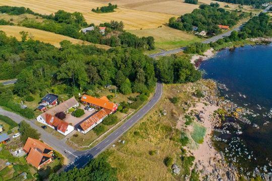 Stor gård i Årsdale med egen klippestrand