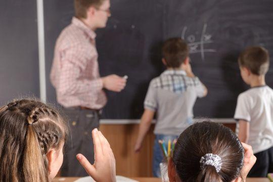BRK sparer millioner på skoleområdet