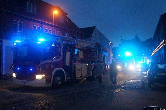 Fem personer på hospital efter brand - den ene fløjet til Rigshospitalet