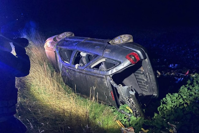 Bil med tre unge forulykkede i nat