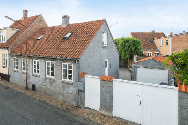 Byhus med garage og stor gårdhave