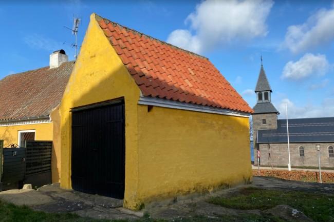 Gudhjem Kirke sælger det gamle sprøjtehus