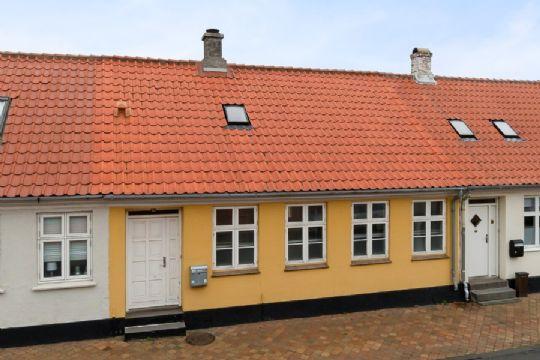 Byhus med lukket gårdhave i Rønne