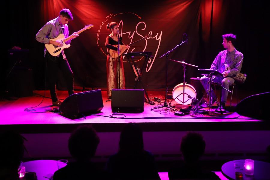 Publikum nyder varieret musik i Raschs Pakhuz