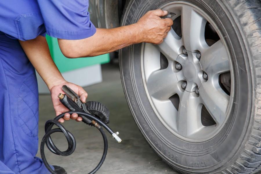 Tjek jævnligt dæktrykket i bilen