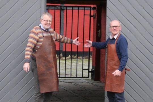 Ældre herrer sælger vin via internettet