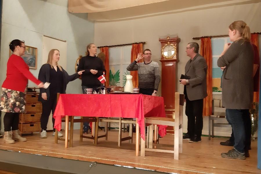 Tre debutanter i komedie i Østerlars