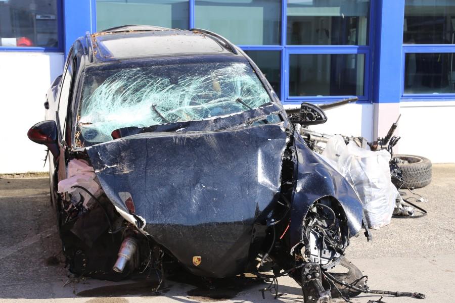 Bil med to unge kvinder forulykkede
