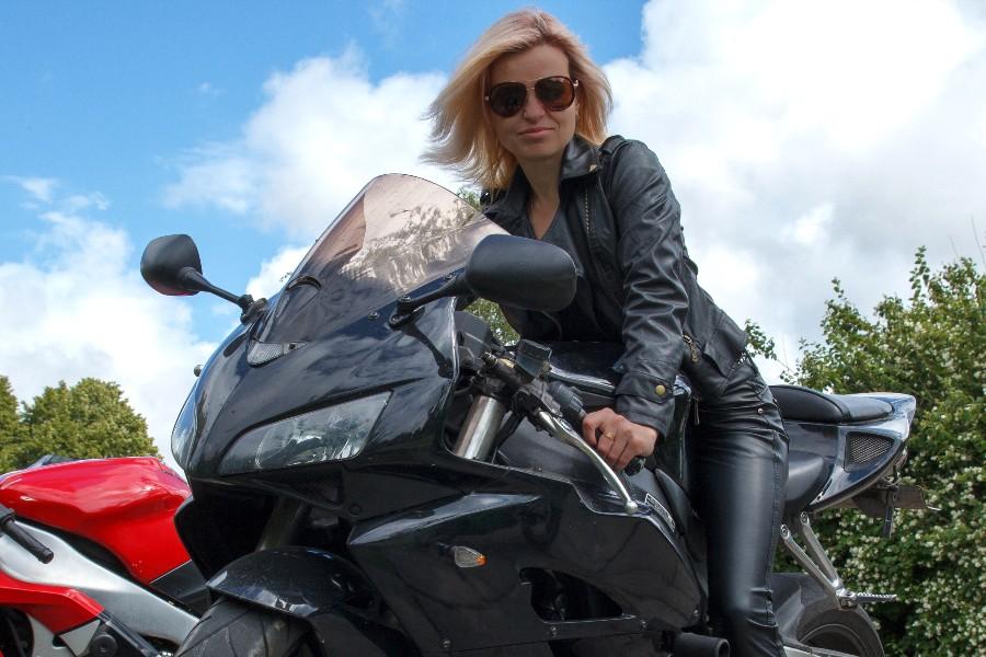 Flere kvinder kører på motorcykel