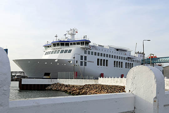Søfolk hædres med tuden i havnen