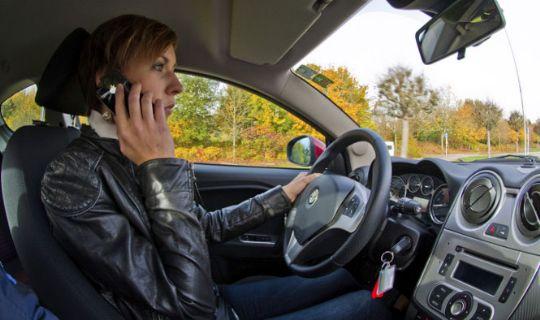 Bøde og klip for at tale i mobiltelefon
