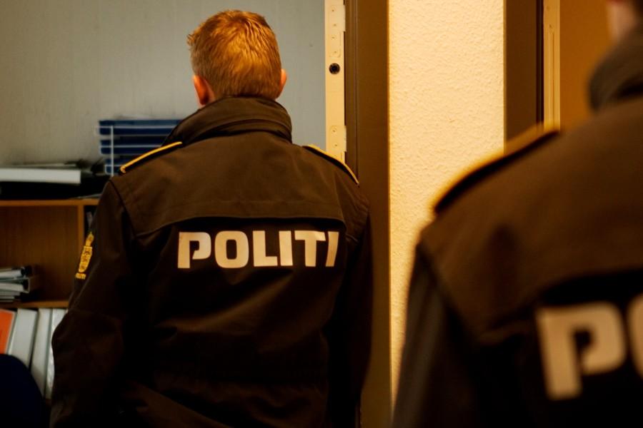56-årig tiltalt for at sparke politibetjent