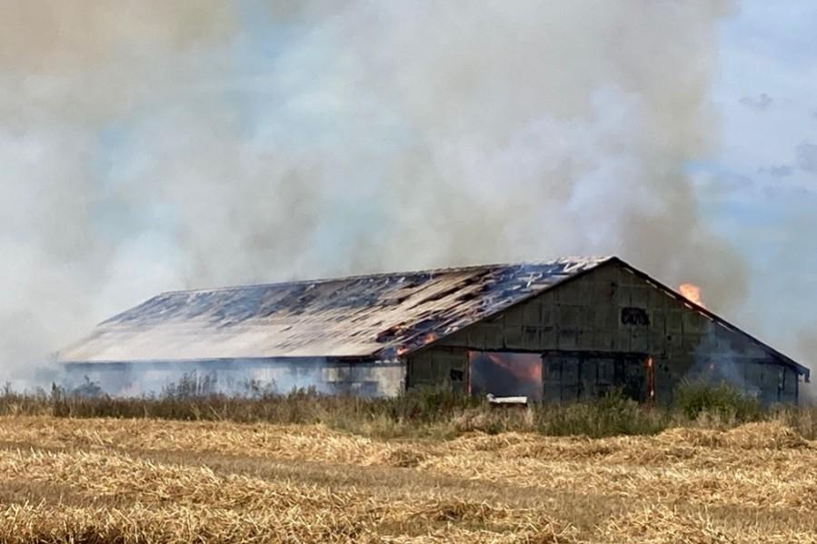 Voldsom brand på gård i Poulsker