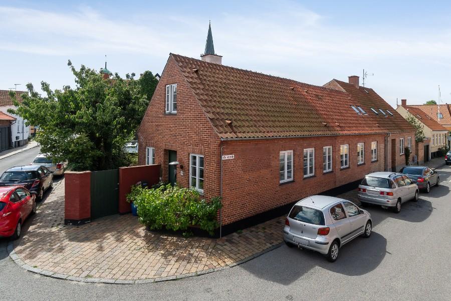 Stort byhus med gårdhave midt i Rønne