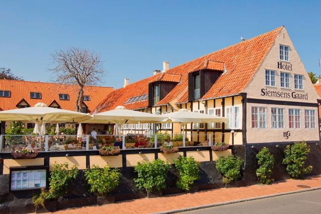 Kendt hotel i Svaneke skifter ejer