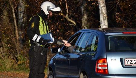 Tre bilister talte i mobiltelefon