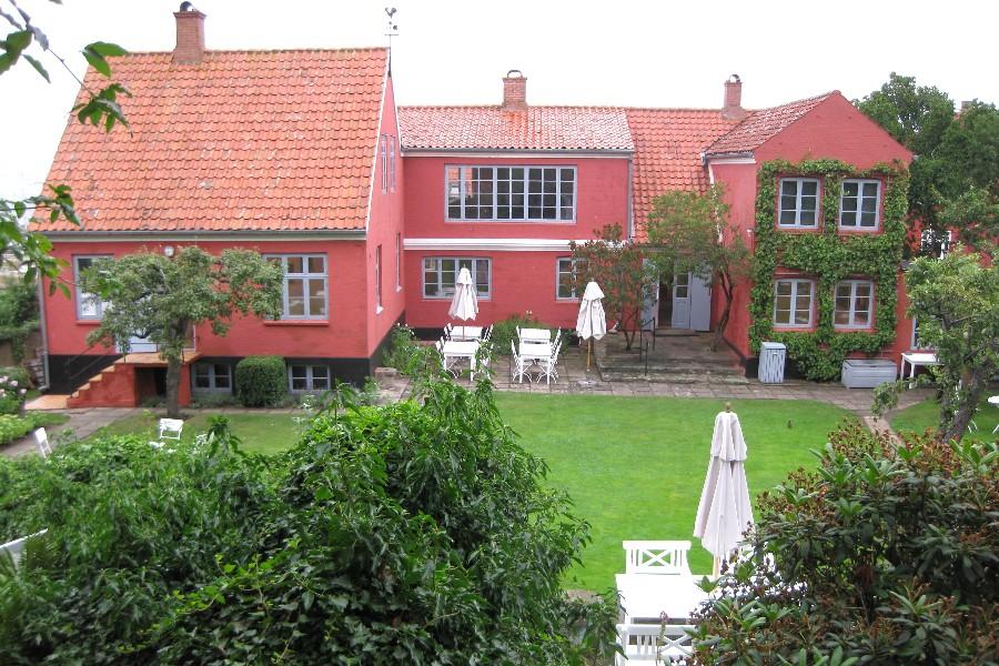Yoga i haven på Oluf Høst Museet