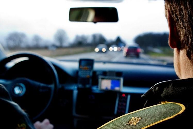 80-årig dame tæt på at påkøre politibil