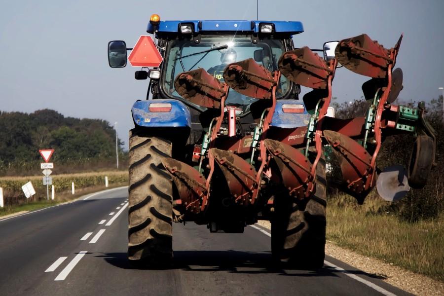 18-årig traktorfører blændede trafikanter