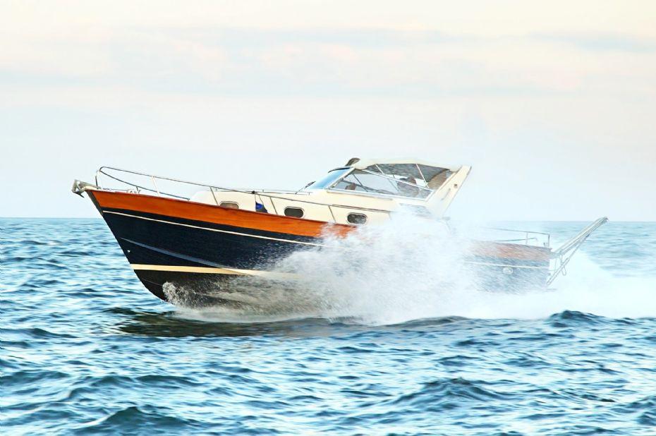 Beruset 63-årig i speedbåd tæt på påsejling