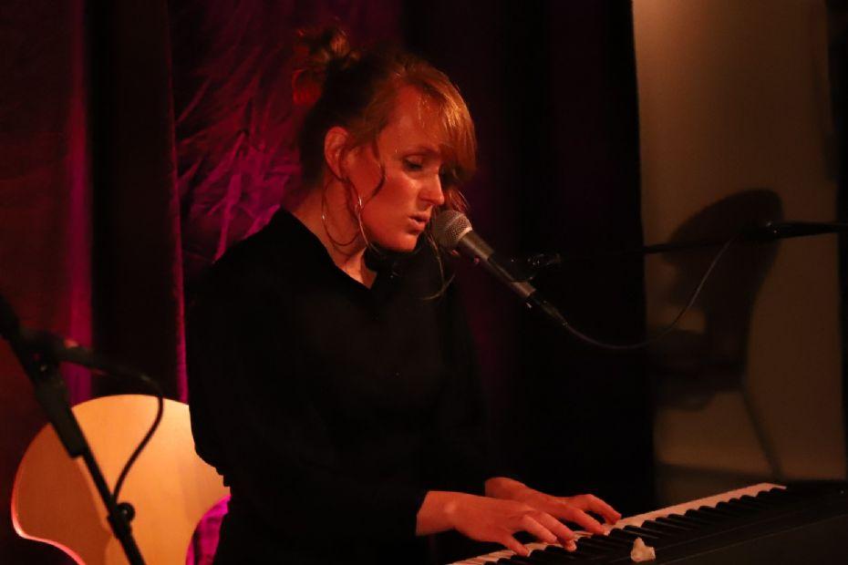 Julie Brammer sang sine nye sange